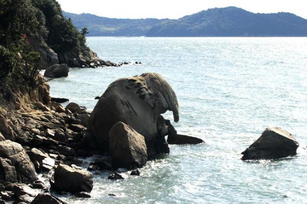 花崗岩の巨石が波に削られてできた奇岩